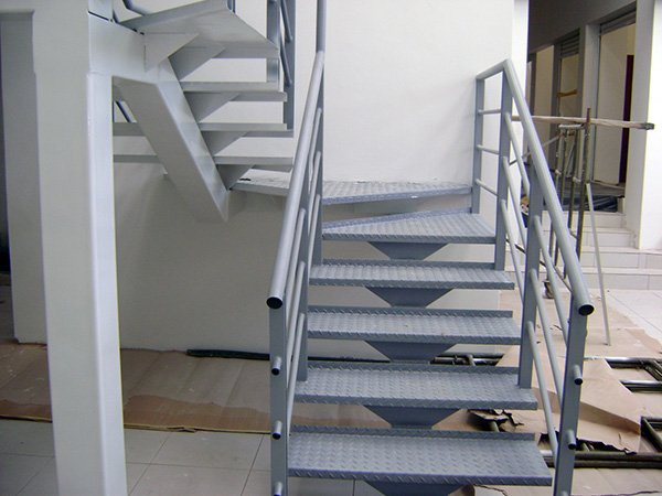 Escaleras met licas altamax for Escalera metalica en l